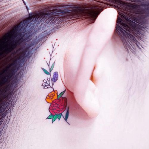 Tatouage oreille fleurs couleurs