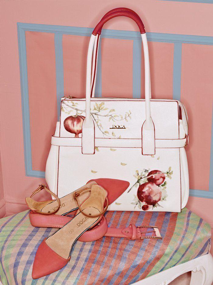 Συνδυάστε ιδανικά μια τσάντα σε λευκό με τύπωμα ροδιού ζωγραφισμένο στο χέρι με μπαλαρίνες και ζώνη στις ίδιες αποχρώσεις. Θα είναι η πιο γλυκιά και ρομαντική σας εμφάνιση!