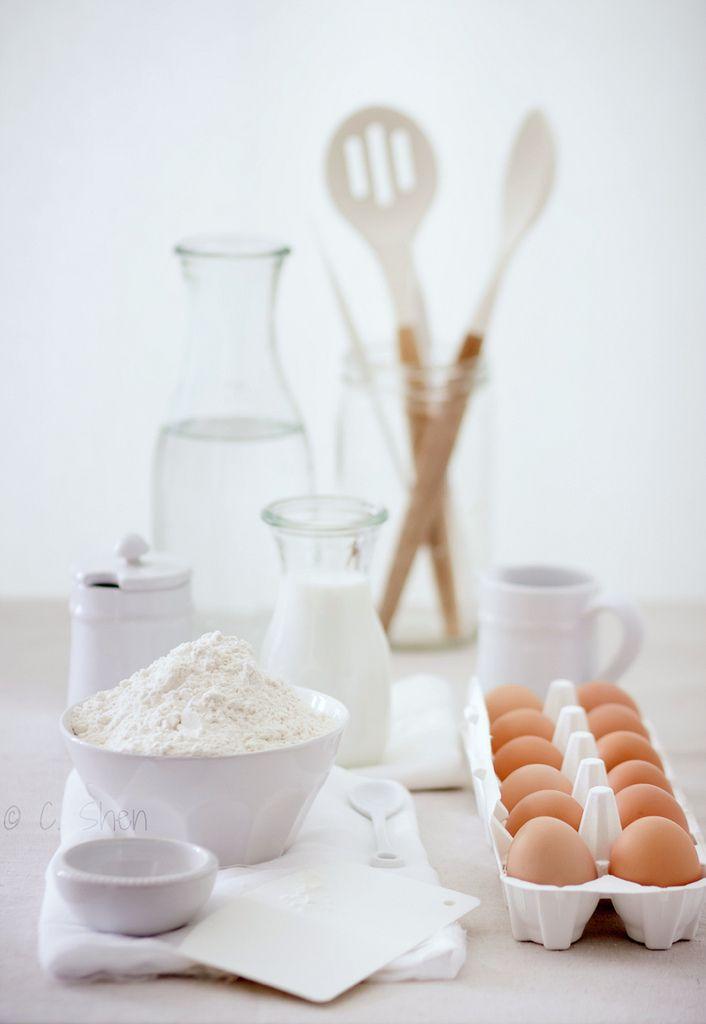 Photo claire. Tout les ingrédients et ustensiles pour con coqueter de bons gâteaux!