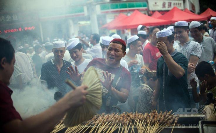 中国・上海(Shanghai)のモスクで、断食月「ラマダン(Ramadan)」の終わりを祝う祭り「イード・アル・フィトル(Eid al-Fitr)」の礼拝を終え、食事を求めて屋台の前に並ぶイスラム教徒たち(2014年7月29日撮影)。(c)AFP/JOHANNES EISELE ▼30Jul2014AFP|断食月ラマダン終了、世界各地で「イード・アル・フィトル」 http://www.afpbb.com/articles/-/3021766 #Shanghai