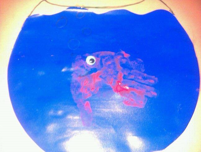 Vis met handafdruk in kom, op de foto komt ie niet tot zijn recht heeft mondje, met bubbeltjes en rijmpje op papier: visje visje in het water, visje visje in de kom, visje visje in het water visje visje keer je om Handprint