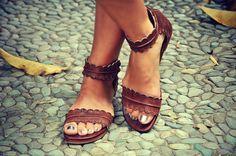 MITTSOMMER. Braunes Ledersandalen / Damenschuhe / Lederschuhe / flat Schuhe / Boho Schuhe. Größen 35-43. Erhältlich in verschiedenen Leder-Farben von BaliELF auf Etsy https://www.etsy.com/de/listing/234069586/mittsommer-braunes-ledersandalen