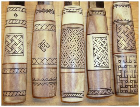 Lauri-Tuotteet Oy, Ornaments on the reindeer antler are engraved by hand. Natural materials have a variety of colour. Every knife is individual.