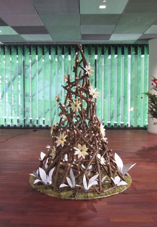 国産材の剪定枝利用のクリスマスツリー。The Christmas tree using the pruning branch of domestic timber.