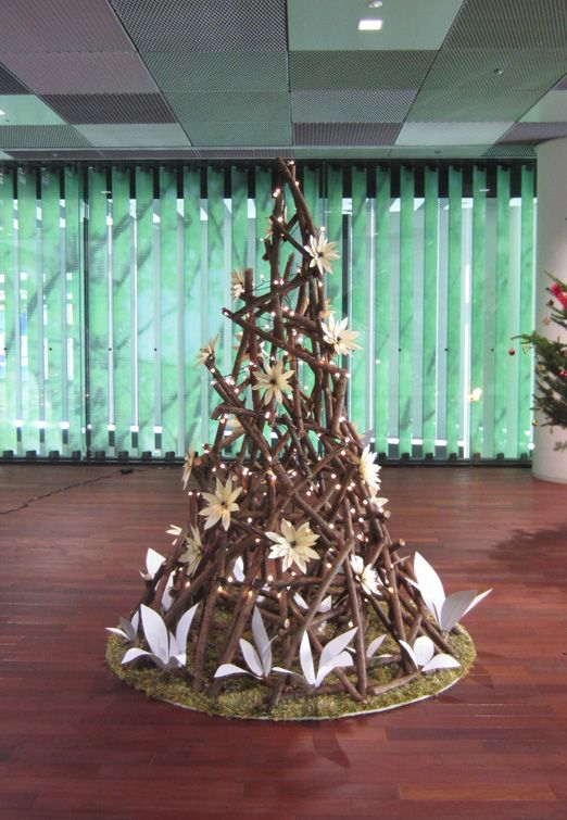 国産材の剪定枝利用のクリスマスツリー。The Christmas tree using the pruning branch of domestic timber.
