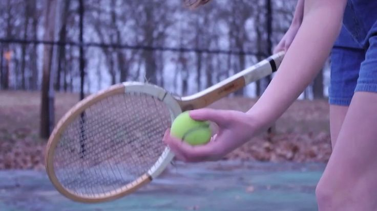 Tray is not good at sports, not until she discovers tennis. Oh, how I loved that game at Tray's age! Hot summer days - you could fry eggs on the court.