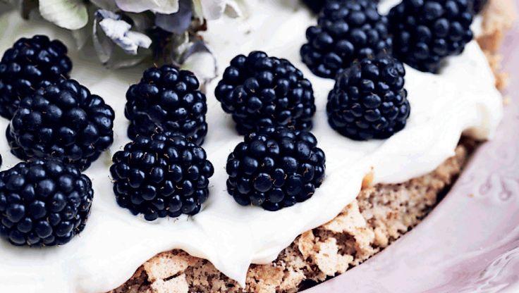 Det høje indhold af mandler i kagen gør det helt unødvendigt at bruge mel, så denne kage er fri for gluten.