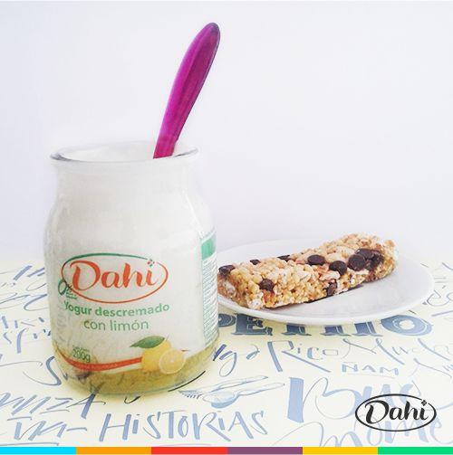 Yogur Dahi con limón + barrita de cereal con chocolate = Desayuno perfecto para un miércoles de calor. #Dahi #ElVerdaderoYogur