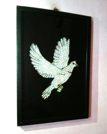 Dove Glass Crystal Paint: The Crystal on the wings and the body of the bird looks stunning and glittering on lights and sunshade.Item Details: Materials used: crystal, Glass, PaintOrientation: PortraitBackground: BlackFrame Color: BlackSize: A4