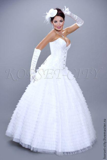 Свадебная юбка Сильва из белого фатина. Юбка выполнена из фатина 100% п/э, нашитого оборками, Пояс юбки на резинке.  Юбка очень пышная и воздушная, одевается как на кольца, так и без них. При желании её можно сделать еще пышнее, надев на дополнительный подъбник из…