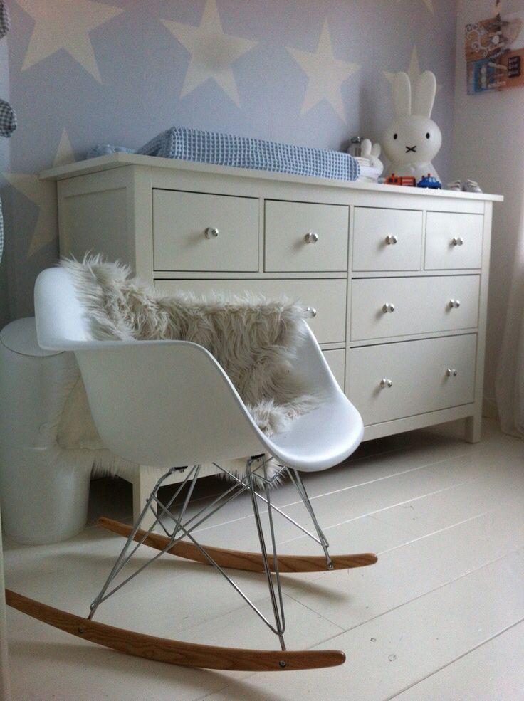 Moderne schommelstoel met vacht