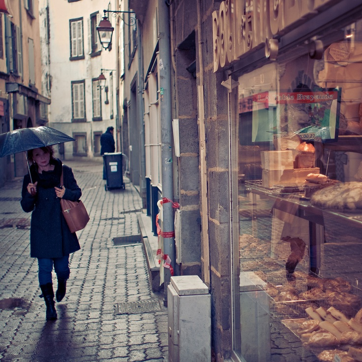 Una mujer bajo la lluvia
