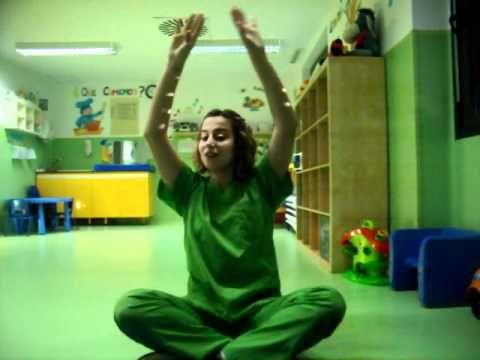 Laura, tutora del aula de 1 a 2 años de la Escuela Infantil El Patio en el Hospital del Sureste, Arganda del Rey, Madrid, canta una canción en la asamblea.