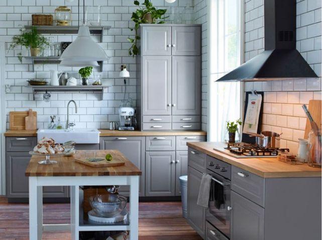 Une cuisine grise traditionnelle Les carreaux blancs en faïence alliés au mobilier gris perle rend cette cuisine des plus accueillantes. Cuisine « Metod », à partir de 555 €, Ikea
