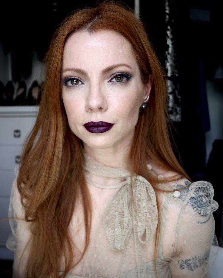 Julia Petit boca uva e olhos camurça com delineador