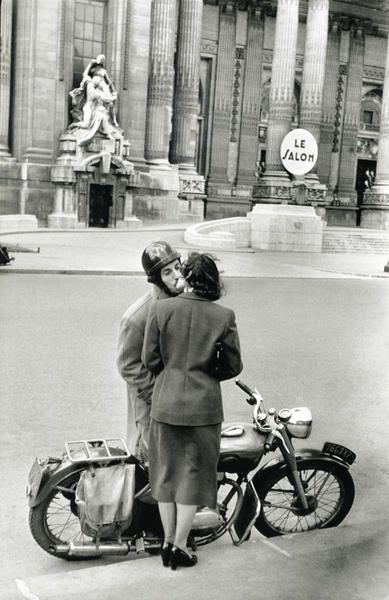 Grand Palais, 1952.   Henri Cartier-Bresson (22 août 1908 à Chanteloup-en-Brie - 3 août 2004 à Montjustin dans les Alpes-de-Haute-Provence) est un photographe français.