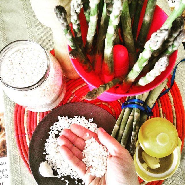 E che fai... Con degli asparagi così belli non prepari un risottino? #buonpranzo #risottoagliasparagi #asparagus #asparagi #foodrepublic #italiaatavola #italianfood #foodblogfeed #instafoodlover #instacool #instafood #instacook #ilovefoods #risotti #riso #risogallo #rdd_food #infinity_foodlover #mangiasano #mangiaitaliano #veggiefood #veggie #gustoesemplicità #gusciduovoricette #gusciduovo #eggshells