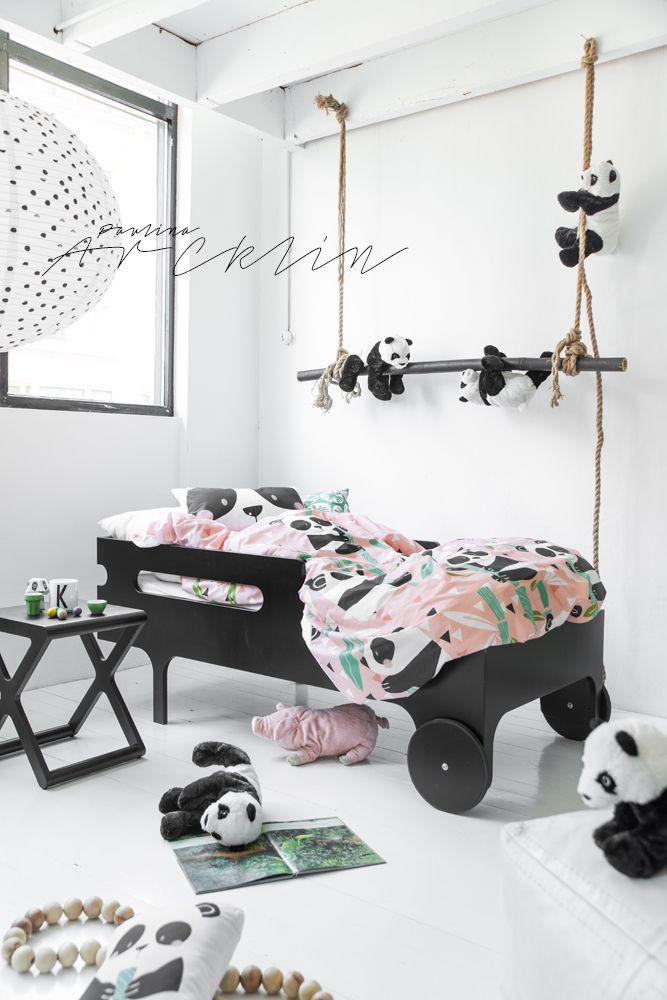 ein Mädchenzimmer in modernem Schwarz und Weiß mit Rosa Farbtupfern und vielen Pandabären
