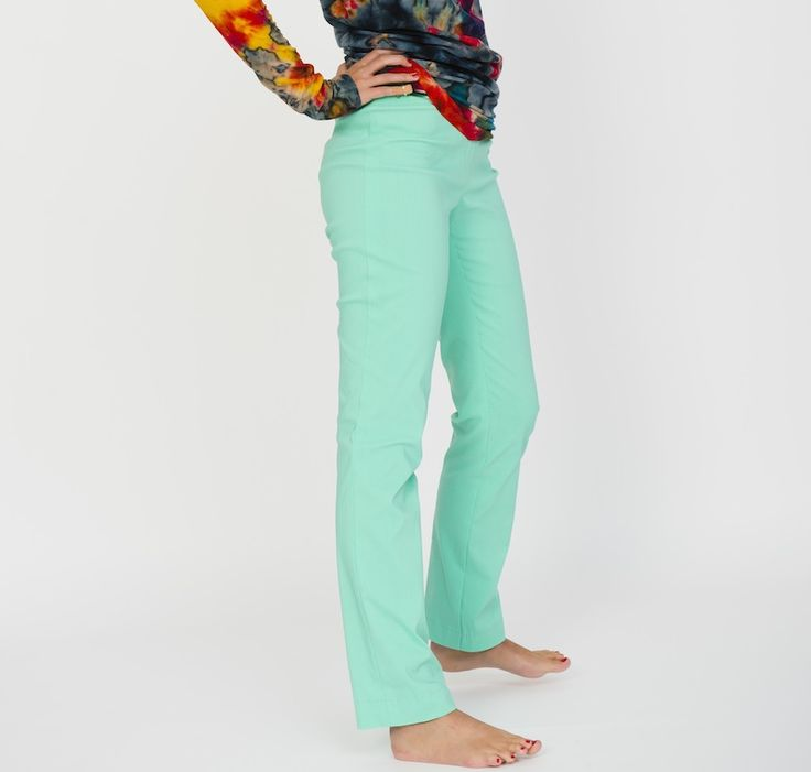 """Eine schmale Hose ohne Schnickschnack, ideal unter Tunikas, engen Longshirts oder kurzen Kleidchen zu tragen. DINAH ist eine schicke, superbequeme Schlupfhose aus Stretchstoff und schön schnell zu nähen: Keine Reißverschluss (nur eine  """"Tut-so-als-wär-da-ein-Reißverschluss""""-Naht), vorne quer-Abnäher, hinten eine Naht zum Anpassen und oben ein verdeckter Taillengummi, den einige schon von Rock USCHI kennen.  Der Schnitt ist ideal für Nähanfänger, die sich an ihre erste Hose wagen wol..."""