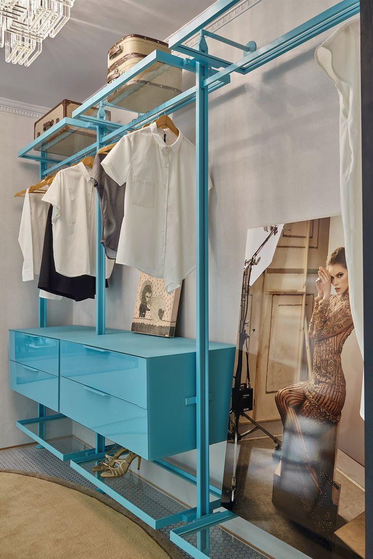 Projeto de Sarah James, com  nossos Home System, Estante Modena, Prateleira Iluminada e Prateleiras Plain e vidro incolor, foi desenvolvido em 2015, para a Casa Cor Minas. Não é apaixonante o tom de turquesa?  Foto: Jomar Bragança #arquitetura #design #vidro #interiores #closet #interior