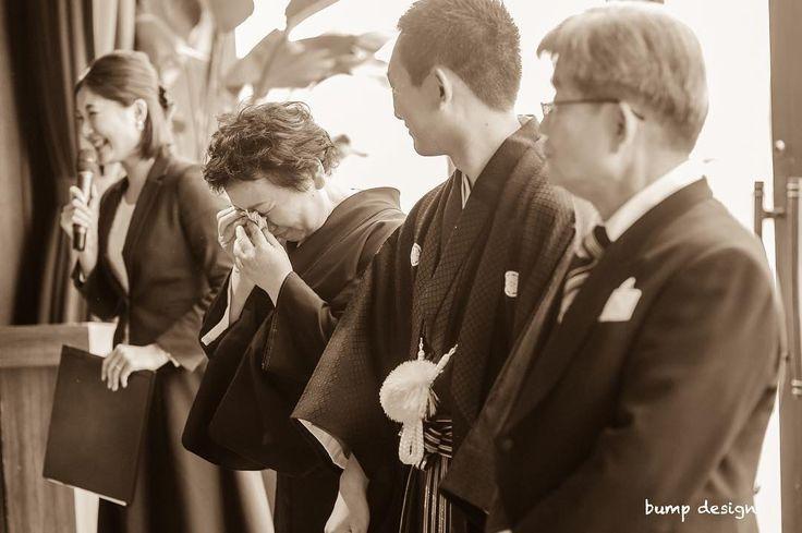 #お色直し退場  新郎さんはお父さんお母さんと一緒に退場  お母さんも嬉しくて気持ちが溢れて思わず涙  親は子供がどれだけ大きくなっても大事な子供だし物凄く嬉しいはず  それが物凄く伝わってきてシャッターを切りながら鳥肌が止まらなかった  #結婚#結婚式#結婚写真#ブライダル#ウェディング#wedding#前撮り#ロケーション前撮り#ドレス#カメラマン#結婚式カメラマン#ブライダルカメラマン#写真家#結婚式準備#花嫁準備#花嫁#プレ花嫁#プロポーズ#三重結婚式#ウェディングドレス#バンプデザイン#bumpdesign#instagramwedding#instagramjapan#イトウスグル#IGersJP#写真好きな人と繋がりたい #ファインダー越しの私の世界#日本中のプレ花嫁さんと繋がりたい
