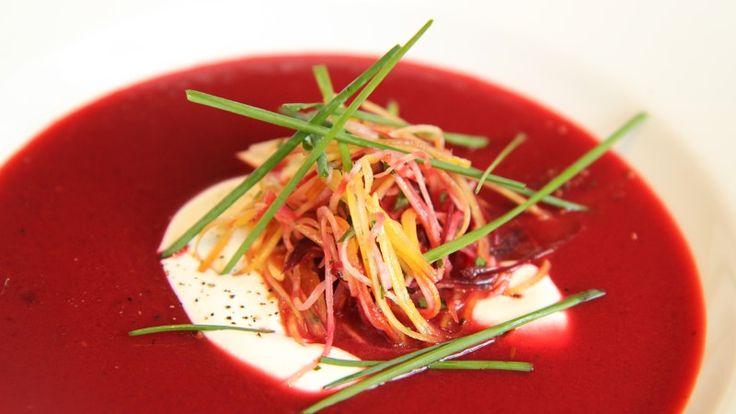 Lise Finckenhagen lager rødbetsuppe med russisk inspirasjon.