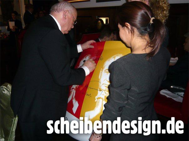 Eben noch in der Scheibendesign-Werkstatt, jetzt schon zur Unterschrift bei Michail. Zum 20sten Jahrestag der deutschen Einheit unterschreibt Gorbatschow auf einem Trabbi. Die Foliendesigns auf der Motorhaube stammen von scheibendesign.de!