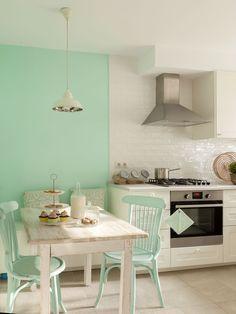 office con pared y sillas en verde menta