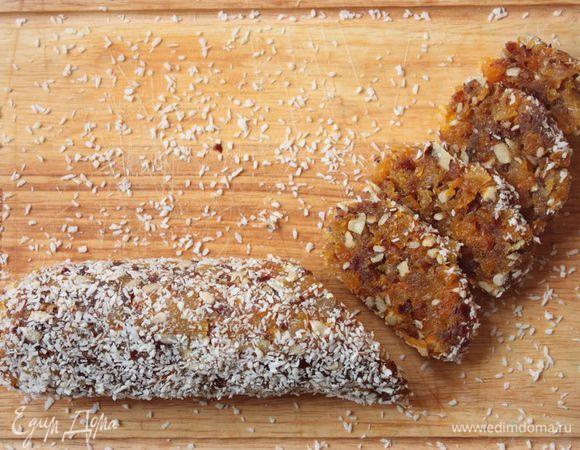 Колбаса из сухофруктов. Ингредиенты: курага, финики, подсолнечные семечки