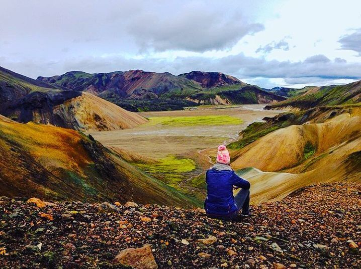 Who else is excited about the upcoming hiking season?   this area is soo beautiful to do so it's called Landmannalaugar and offers everything! you can do a day hike but also up to 5 days and everywhere are hot pots to relax after a long hiking day  is there anything better you can imagine?   Tag your hiking buddy's! : @mister_and_misses_travel  #bustraveliceland #iceland #landmannalaugar