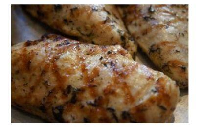 Petto di pollo marinato alla griglia con salsa piccante - Per chi ama il piccante ecco una ricetta semplice del pollo grigliato con salsa di acciughe e basilico.