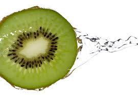 Ricercatori norvegesi hanno scoperto che il kiwi è un ottimo alleato nel controllo della pressione arteriosa e nella prevenzione delle malattie cardiache. Mangiando ogni giorno 3 di questi frutti, infatti, si abbassa la pressione sistolica (la massima) di 3,8 millimetri di mercurio in soli due mesi...    http://www.viverealtop.net/kiwiamicodelcuore/
