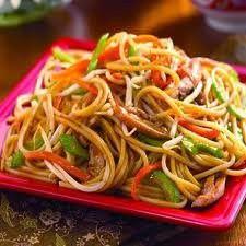 Ingredienti: 450 gr di tagliolini cinesi (o spaghetti all'uovo) 1 spicchio d'aglio 4 cipollotti 100 gr di cavolo cinese 50 gr di carote 30 gr di germogli di bambù in scatola 50 gr di gamberetti sgu…