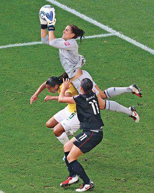 http://www.thedailybeast.com/newsweek/2012/07/15/u-s-olympic-soccer-goalie-hope-solo-speaks.html  Hey #Neuer, no solo tú haces esto ;)