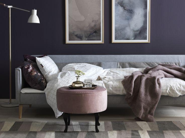 Gör skönt för din gäst! Sköna bäddsoffan Lova från Järnforsen. Anna sammetspall som flyttbart soffbord. Em home