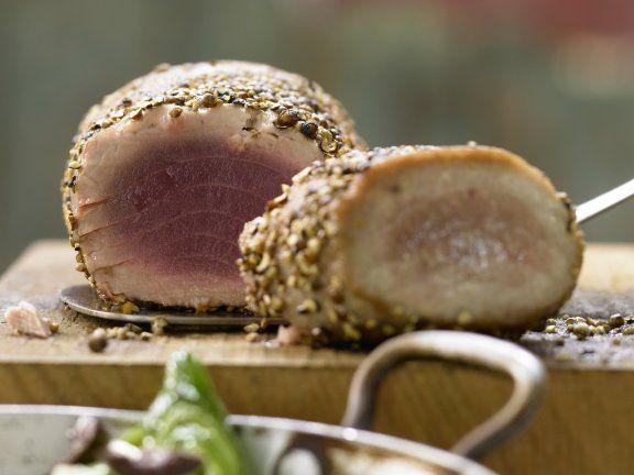 Gebratener Thunfisch im Pfeffermantel mit Olivenlauch: Thunfisch enthält gleich mehrere Gesundmacher: Omega-3-Fettsäuren, Vitamine A, D, E und Jod.