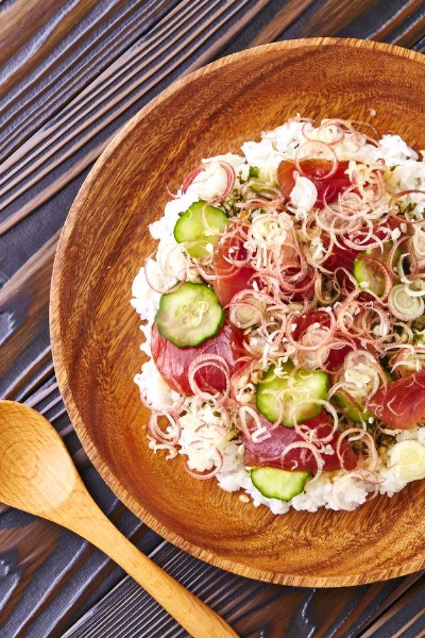 一見とても面倒に思える「ちらし寿司」ですが、市販のすし酢を使えば、とっても簡単!混ぜるだけ・のせるだけで美味しいレシピをご紹介します。
