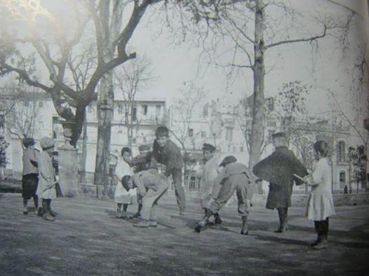 jardines del cristina finales del siglo xixun grupo de chiquillos juegan a