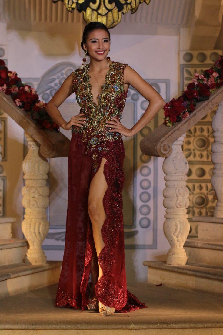 Vestido en encaje color vino y bordados en pedrería color oro y turquesa. Fotografía por Arturo Wesche