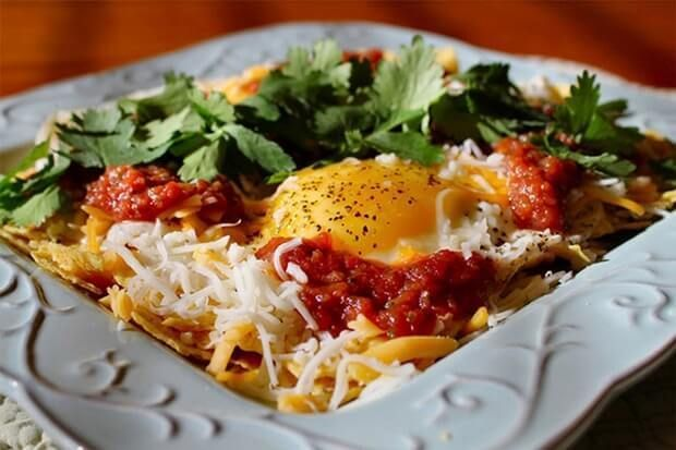 """Huevos rancheros (в переводе означает """"яйца по-деревенски"""") – мексиканская яичница с национальным колоритом – добавлением красного перца, фасоли и острого соуса чили."""