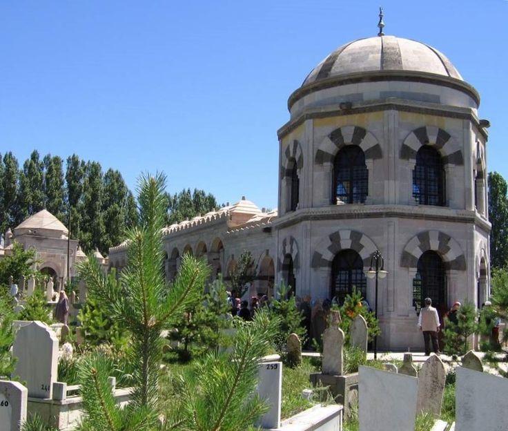 """Terzibaba mezarlığı/Erzincan/// Erzincan' ın en büyük mezarlığı olan Kaledibi Mezarlığına, 1848 yılında vefat eden Terzibaba' nın defnedilmesiyle mezarlığın adı """" Terzibaba Mezarlığı """" olarak değiştirilmiştir."""