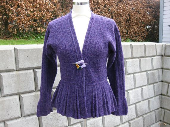 Handknitted cardigan knitted with Shetland wool in a lovely purple colour. The cardigan is a Hanne Falkenberg model called Plissé. The cardigan can be