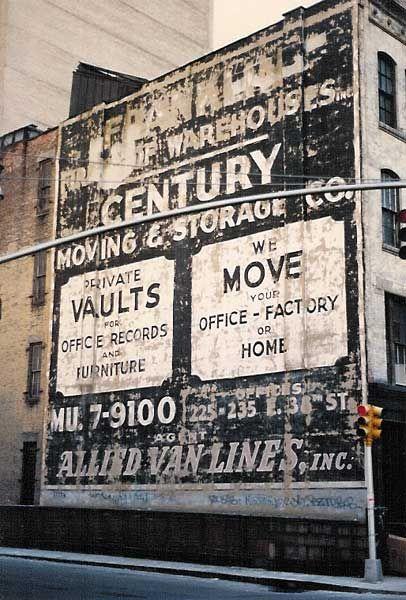 """Ghost Signs (também conhecidos como """"fading ads"""" e """"brick ads"""") são painéis publicitários pintados à mão entre 1890 e 1960 e que existem até hoje em algumas regiões dos Estados Unidos, Canadá, França e Grã-Bretanha. A incrív..."""