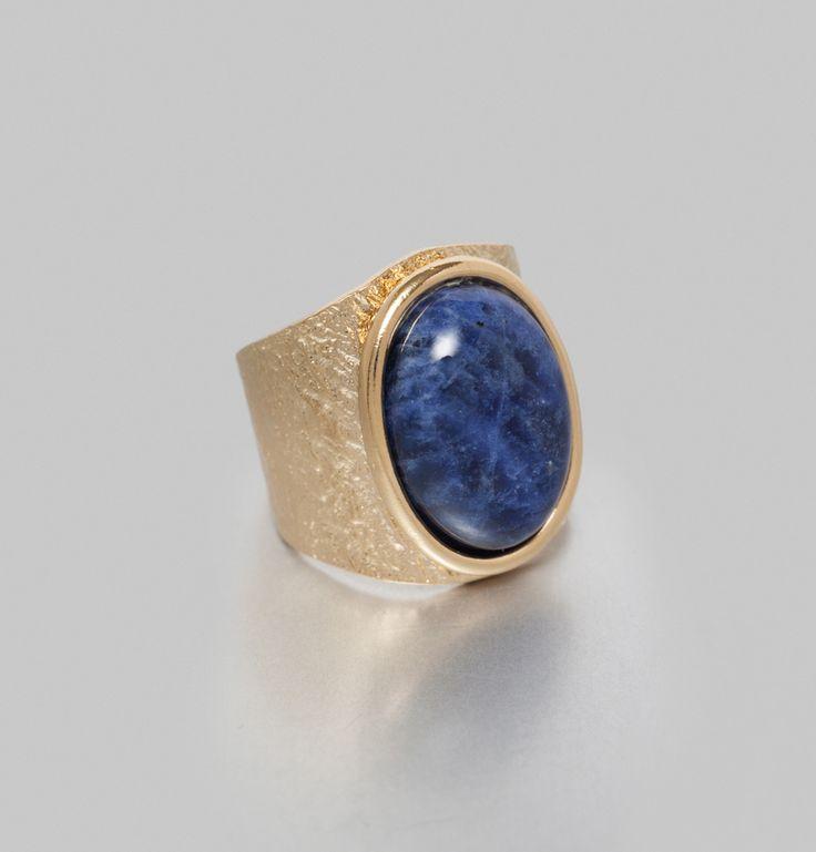 Bague en laiton doré, pierre minérale Sodalite bleu nuit, 1.5 cm x 2cm.    Medecine Douce s'inspire d'une esthétique indienne, qu'elle illustre en nommant sa li