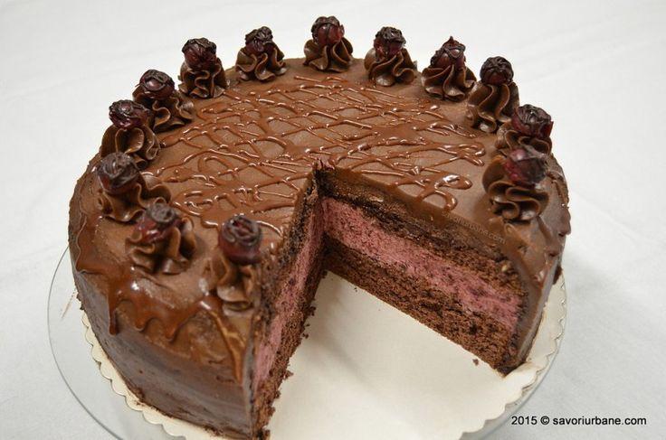 Tort de ciocolata cu mousse de visine - un tort dulce-acrisor cu crema de visine si de ciocolata. Pandispan cu cacao si crema de visine cu frisca naturala