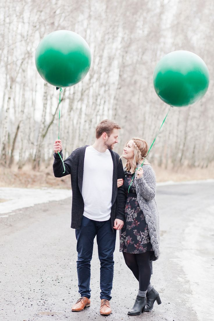 Engagement photo shoot with a green baloons! Boho style Pictures: judyta marcol fotografia