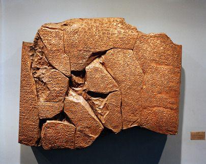 Cette réplique d'un traité datant de 1269 avant Jésus-Christ - Le traité de paix la plus ancien connu à avoir survécu - a été présenté aux Nations Unies par la #Turquie.Le traité original a été signé par Hattusillis III, roi des Hittites, et Ramsès II, roi des Égyptiens. La tablette d'argile, qui enregistre le texte dans l'écriture cunéiforme, a été trouvé en 1906 en Anatolie centrale sur le site de l'ancienne capitale hittite, Hattusas.
