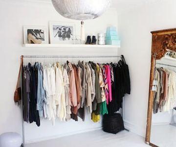 opção barata pra substituir o guarda-roupa: arara + prateleira em cima. #closet #decor #organize #storage