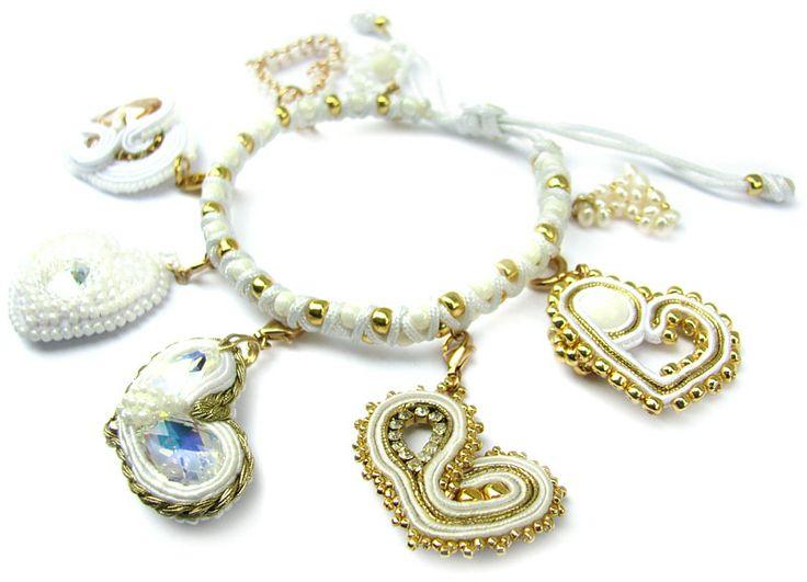 Ślubna bransoletka z charmsami, dla miłośniczek bieli.