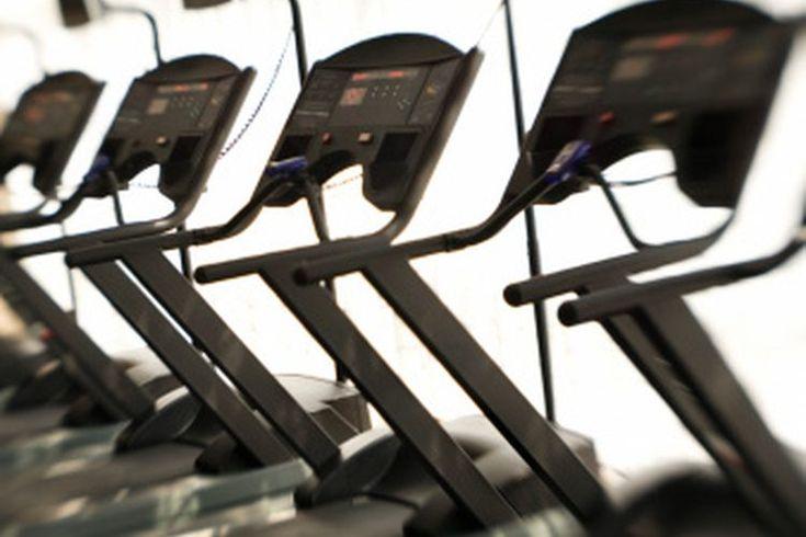 Diferencia entre una cinta de correr y una caminadora. Las caminadoras, también conocidas como escaladores, comparten un número de similitudes con las cintas de correr, pero también tienen algunas diferencias. Ambos aparatos de ejercicio están diseñados para proporcionar un entrenamiento ...